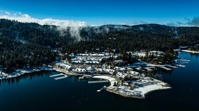Vue aérienne de deuil de la pointe de flèche de lac, la Californie un jour calme d'hiver images libres de droits