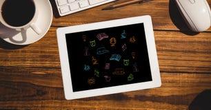 Vue aérienne de diverses icônes dans la tablette sur la table Images libres de droits