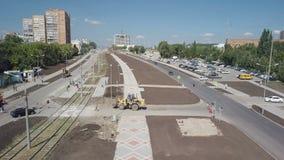 Vue aérienne de domaine des travaux de construction sur des routes dans le dortoir de la ville moderne banque de vidéos