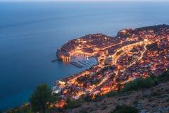Vue aérienne de Dubrovnik la nuit, beau paysage urbain lumineux La ville historique de renommée mondiale et la plus visitée de la image stock