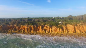 Vue aérienne de falaise et de la mer clips vidéos