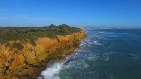 Vue aérienne de falaise et de la mer banque de vidéos