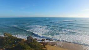 Vue aérienne de falaise et de la mer avec des vagues banque de vidéos