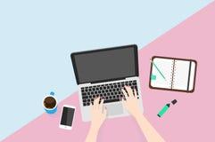 Vue aérienne de femme d'affaires travaillant à l'ordinateur Image libre de droits