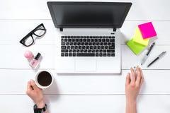 Vue aérienne de femme d'affaires Working At Computer dans le bureau Photo stock