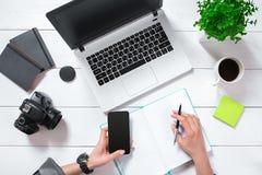 Vue aérienne de femme d'affaires Working At Computer dans le bureau Image libre de droits