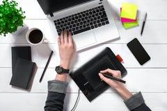Vue aérienne de femme d'affaires Working At Computer dans le bureau Images libres de droits