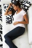 Vue aérienne de femme enceinte dormant sur le sofa Photos stock
