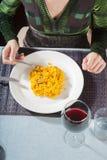 Vue aérienne de femme mangeant de la Paella avec la fourchette Photographie stock