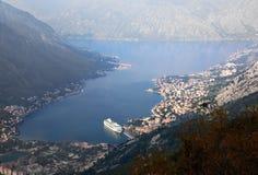 Vue aérienne de fjord de Kotor de matin, bateau de croisière montenegro Photographie stock