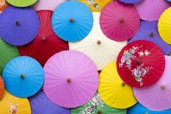 Vue aérienne de fond coloré de parapluies photos stock
