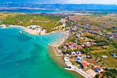 Vue aérienne de fond de touristes de bord de mer de Zaton et de montagne de Velebit photo stock