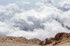 Vue aérienne de formation de cumulus le jour ensoleillé au-dessus de la montagne photos stock