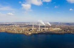 Vue aérienne de fumée des tuyaux de la station de centrale photo libre de droits