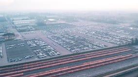 Vue aérienne de grand stockage d'usine de voiture et de trains de fret vides prêts pour le chargement clips vidéos