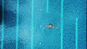 Vue aérienne de grande piscine dans privé clips vidéos