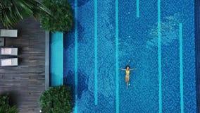 Vue aérienne de grande piscine dans privé banque de vidéos