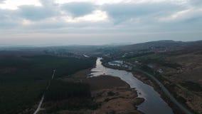 Vue aérienne de Gweedore au lac Nacung plus bas, comté le Donegal - l'Irlande banque de vidéos
