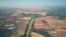 Vue aérienne de haute altitude de la rivière du Guadalquivir et des fermes, Espagne banque de vidéos
