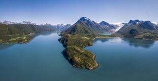Vue aérienne de Holandsfjorden et d'Engenbreen, une branche puissante du glacier de Svartisen photo stock
