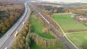 Vue aérienne de hub de distribution de colis de groupe de Deutsche Post DHL dans Obertshausen, Allemagne au crépuscule banque de vidéos