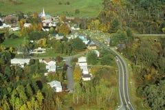 Vue aérienne de Hyde Park, VT sur l'itinéraire scénique 100 en automne Image stock