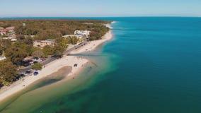 Vue aérienne de jetée de Bongaree sur l'île de Bribie, Australie banque de vidéos