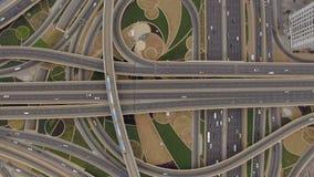 Vue aérienne de jonction de route avec des voies de chemin de fer à Dubaï, EAU banque de vidéos