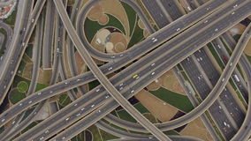 Vue aérienne de jonction du trafic avec des voitures à Dubaï, EAU banque de vidéos