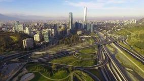 Vue aérienne de jungtion de route et de colline de Manquehue de parc bicentenaire de Vitacura un temps clair en capitale chilienn banque de vidéos
