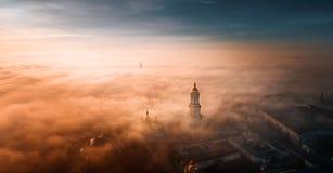 Vue aérienne de Kiev Pechersk Lavra à l'aube et de la ville couverte de brouillard épais à l'arrière-plan photographie stock