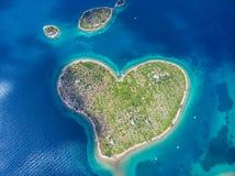 Vue aérienne de l'île en forme de coeur de Galesnjak sur la côte adriatique Image libre de droits