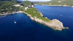 Vue aérienne de l'île grecque de Corfou, dans le secteur de Paleokastritsa, mouvement circulaire par le bourdon banque de vidéos
