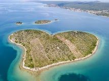 Vue aérienne de l'île sous forme de coeur, Croatie, île des amants, Otok Galesnnjak, îlot, roche Za également appelé Za d'otok Images libres de droits