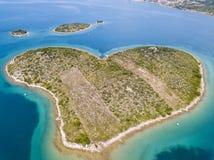 Vue aérienne de l'île sous forme de coeur, Croatie, île des amants, Otok Galesnnjak, îlot, roche Za également appelé Za d'otok Photos stock