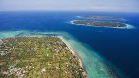 Vue aérienne de l'île trois tropicale dans l'eau de turquoise Image stock