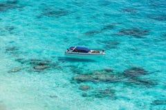 Vue aérienne de l'île tropicale, de la mer bleue d'espace libre et d'un bateau à Image stock