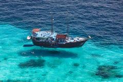 Vue aérienne de l'île tropicale, de la mer bleue d'espace libre et d'un touriste Photo libre de droits