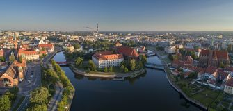 Vue aérienne de l'île de ville, de rivière et de la partie occidentale de la ville image stock
