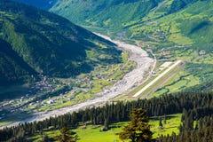 Vue aérienne de l'aéroport de Mestia, la Géorgie Photos libres de droits