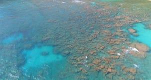 Vue aérienne de l'eau de mer et de la plage 4k banque de vidéos