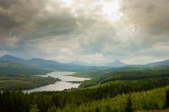 Vue aérienne de l'Ecosse, montagnes, avec le ciel nuageux dramatique Photo stock