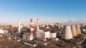 Vue aérienne de l'ensemble industriel avec des tuyaux de tabagisme près de la ville zone la plus neuve industrielle de raffinage  banque de vidéos