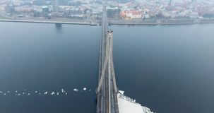 vue aérienne de l'hiver 4K de pont câble-resté au-dessus de rivière de dvina occidentale à Riga Lettonie Pont de Vansu banque de vidéos