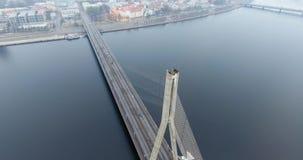 vue aérienne de l'hiver 4K de pont câble-resté au-dessus de rivière de dvina occidentale à Riga Lettonie Pont de Vansu clips vidéos