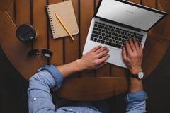 vue aérienne de l'homme à l'aide de l'ordinateur portable avec le site Web de Google tout en se reposant à la table avec du café photos libres de droits