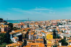 Vue aérienne de l'horizon du centre de Lisbonne de la vieux ville et 25 historiques De Abril Bridge 25ème April Bridge Image libre de droits