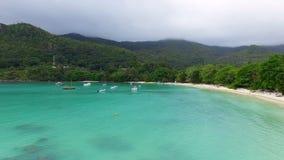 Vue aérienne de la baie d'océan, plage de Lanuay de port banque de vidéos
