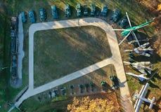 Vue aérienne de la base de l'équipement militaire La terre avec vieux t photos libres de droits