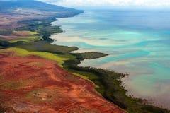 Vue aérienne de la côte et de l'eau colorées sur l'île de Maui en Hawaï photo libre de droits